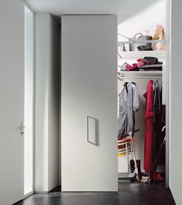 Дверь в кладовку из прихожей