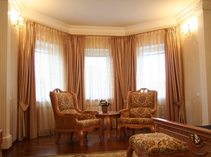 Классические шторы на окнах в гостиной
