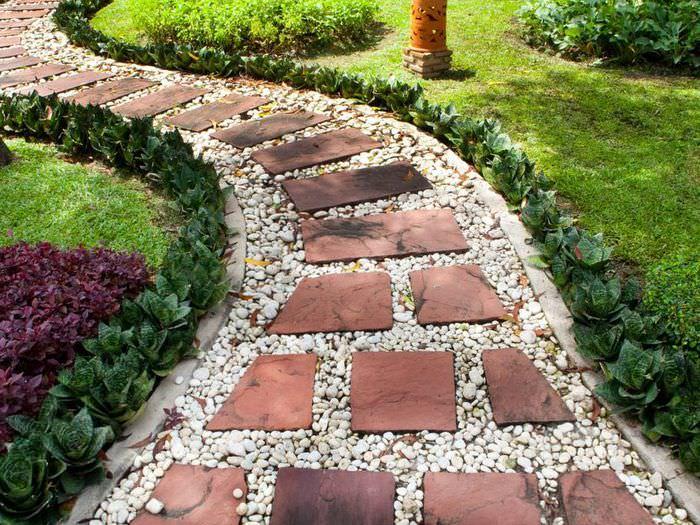 Садовая тропинка из камня и щебня