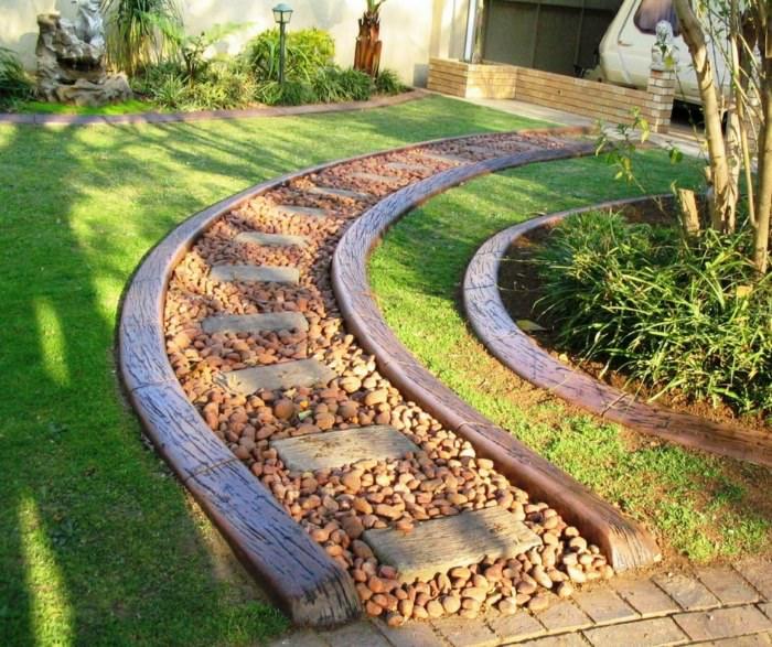 Садовая дорожка из мелкого камня с деревянными бордюрами