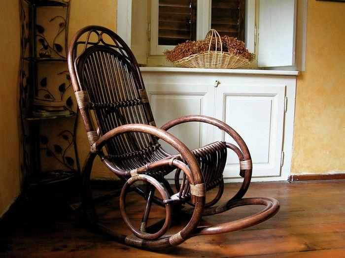 Кресло качалка на дачной веранде