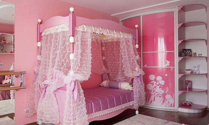 Кровать с балдахином в комнате для девочки