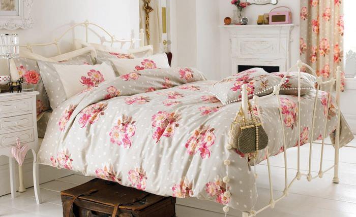 Кровать в спальне загородного дома в стиле прованс