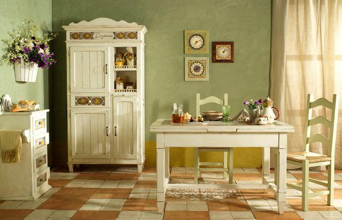 Мебель из дерева в столовой загородного дома в стиле прованс