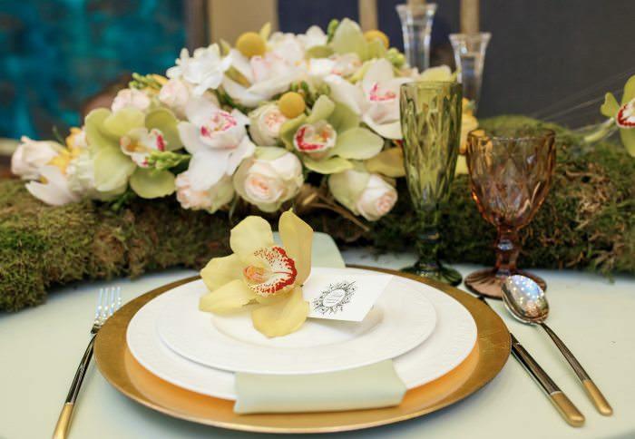 Столовые приборы на свадебном столе на месте невесты