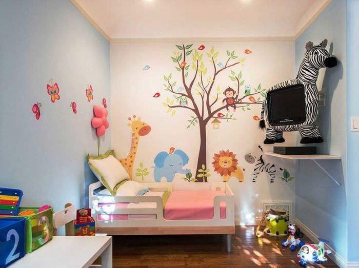 Детская комната с виниловыми наклейками на стене