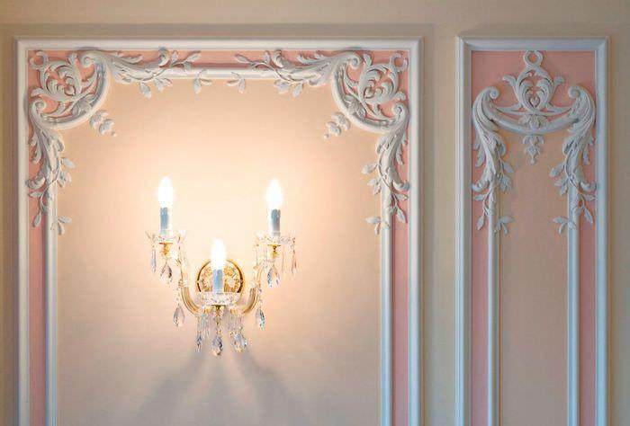 Оформление стен гипсовой лепниной и бра в виде старинных свечей