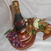 Букет в подарок бутылкой коньяка