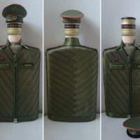 Стеклянная бутылка в военном кителе