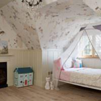 Детская кроватка в мансарде загородного дома