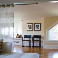 Оформление нестандартного окна в гостиной