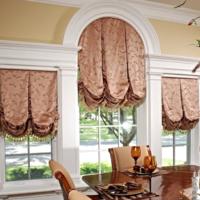 Римские шторы на окнах в современной гостиной