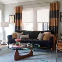 Полосатые шторы на окне в современной гостиной