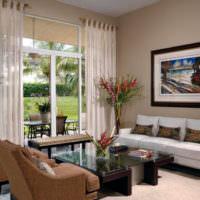 Уютная гостиная с полупрозрачными шторами