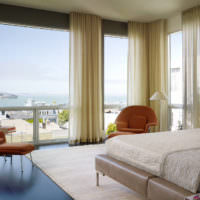 Панорамные окна гостиной с кремовыми шторами