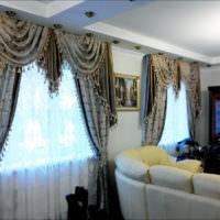 Шторы в стиле Классика на окне в гостиной