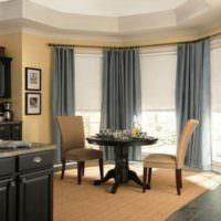 Комбинированные шторы на окне в гостиной