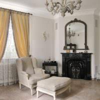 Уютная гостиная с камином и окном