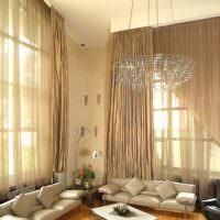 Длинные шторы в гостиной с высокими потолками