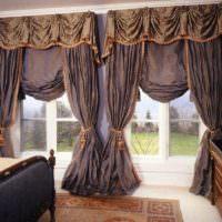 Красивые шторы с ламбрекенами на окнах в гостиной