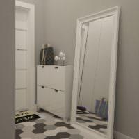 Зеркало на полу в прихожей