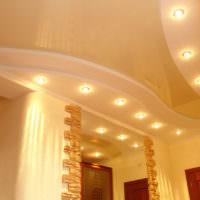 Натяжной потолок и светильники в прихожей