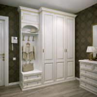 Классический шкаф в современной прихожей