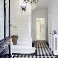 Дверь в прихожей и лестница на второй этаж