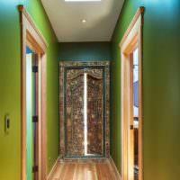 Зеленый цвет и древние мотивы в интерьере прихожей