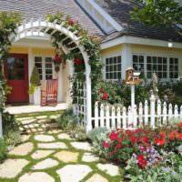 Декоративный забор перед садовым домиком