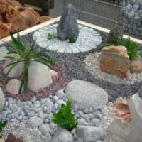Камень и галька на садовой клумбе