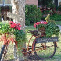 Старый велосипед в качестве садовой композиции