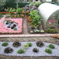 Теплица из поликарбоната и клумбы на садовом участке