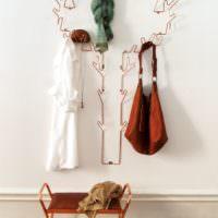 Дизайнерская вешалка на стене в прихожей