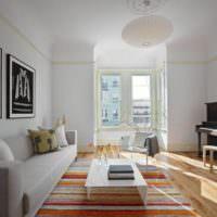 Белые стены под покраску в интерьере жилой комнаты
