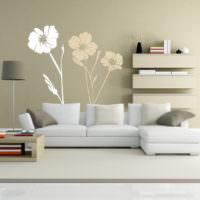 Аппликация из цветов на крашенной стене гостиной