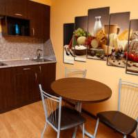Картины на стене в дизайне кухни