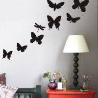 Трафареты бабочек в интерьере стен жилой комнаты