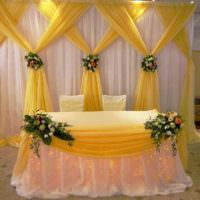 Желтая и бежевая ткани в оформлении свадебного стола
