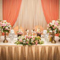 Цветы ы убранстве свадебного стола молодоженов