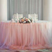 Юбка из светлого фатина вокруг свадебного стола