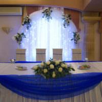 Синий фатин по краям свадебного стола
