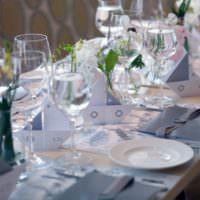 Столовые приборы в сервировке свадебного стола