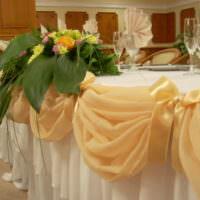 Бежевый фатин и ландыши в оформлении свадебного стола