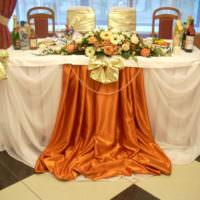 Фатиновая юбка по краям свадебного стола