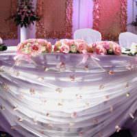 Подсветка фатиновой юбки на свадебном столе