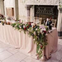 Свадебные стол на фоне камина