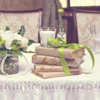 Книги в качестве декора свадебного стола
