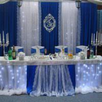 Стильный декор в убранстве стола для молодоженов