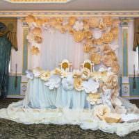 Искусственные цветы в оформлении свадебного стола